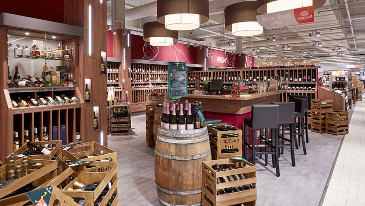 In Sachen Wein arbeitet Famila mit Wein Wolff zusammen. Der Fachhändler bietet eine eigene Auswahl von 330 Produkten an, die der Kunde auch im Markt probieren kann. Insgesamt findet der Kunde in Vechta gut 1000 Weine.