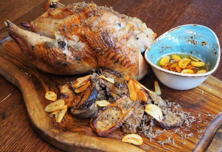Fazant uit de oven met een knoflook truffelboter en gebakken oesterzwammen. Yummm.