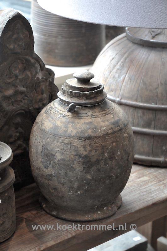 Oude kruik uit Nepal