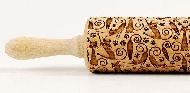 Wałek grawerowany  - Kotki są wszędzie, są i w kuchni :)  Wałek wykonany z polskiego drewna bukowego, wymiary, długość całkowita 43 cm, długość robocza 25,5 cm, średnica 6 cm. Doskonały do wypieku wyjątkowych...