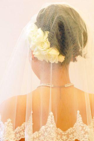 後ろから見られることも多い、挙式におすすめのスタイル。ベールから透けるお花が清楚な雰囲気。