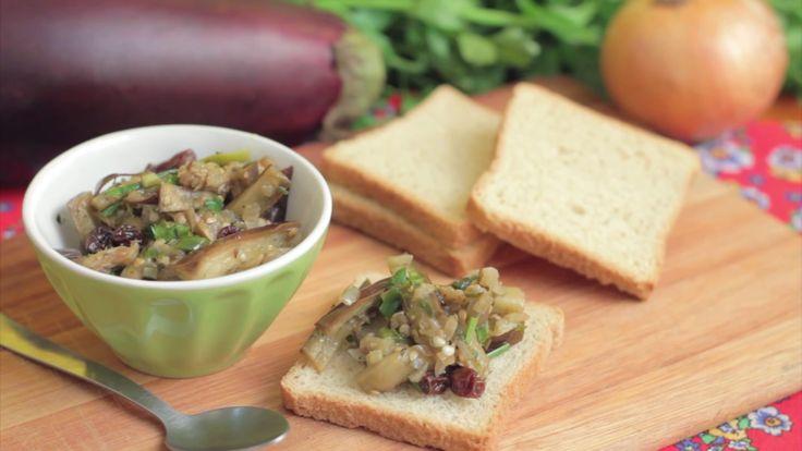 Esta receita de antepasto de berinjela é muito saborosa, fácil de preparar e rende bastante! Ele é perfeito para comer com pão, torrada, salada e até mesmo u...