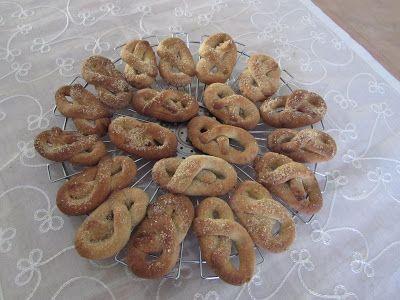 Onze koektrommel is bijna altijd wel gevuld met suikervrije koekjes, zelfgebakken. Soms vind ik speciale, suikervrije recepten op internet. Maar vaker pas ik bestaande recepten aan. Zo ook het recept voor deze zandkoekjes. (Origineel recept uit het dierenverzamelboek van AH 2011.) Nodig: - 250 g bloem (soms vervang ik de helft door volkorenmeel voor meer [...] lees meer »