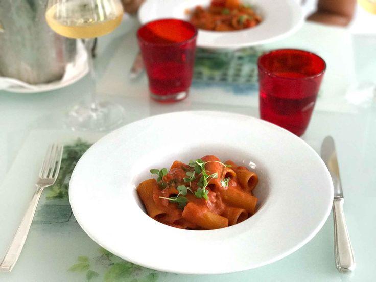 La pasta allo scarpariello è uno dei piatti più conosciuti della cucina napoletana. Un sugo nato nelle cucine delle zone più popolari della città, ...