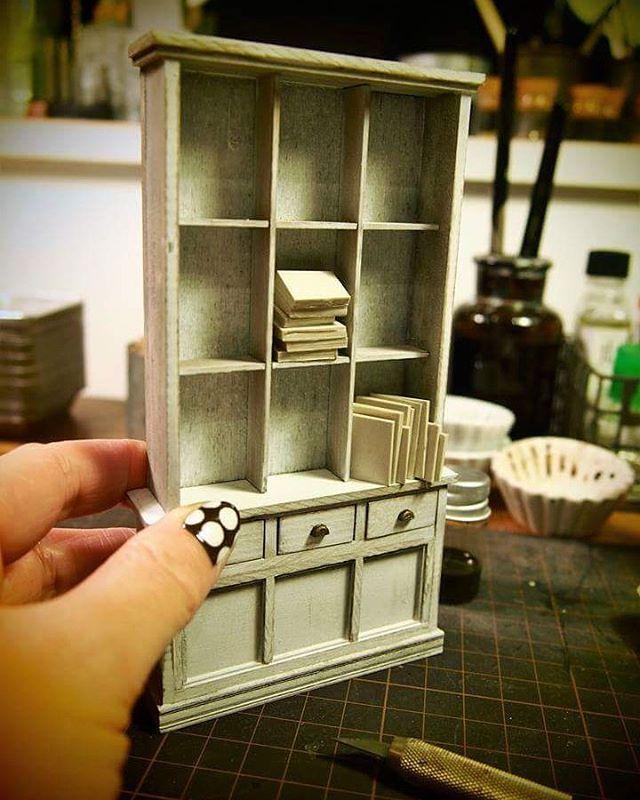 miniature lesson sample こちらは来年のワークショップ用サンプル。中に入れる小物で迷い中。 ハードなワークショップになりそうです😁 #miniature #handmade #antique #bookshelf #ミニチュア #ハンドメイド #ブックシェルフ #本棚 #サンプル #ワークショップ