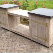 Deze buitenkeuken heeft een open ruimte onder het fornuis en twee kasten aan de zijkanten.