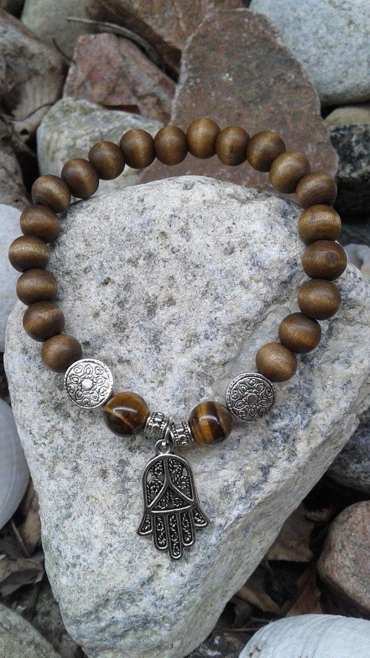 Spécial Bracelet de billes de bois et pierre semi précieuse oeil de tigre et breloque Hamsa de la boutique dBrobijoux sur Etsy