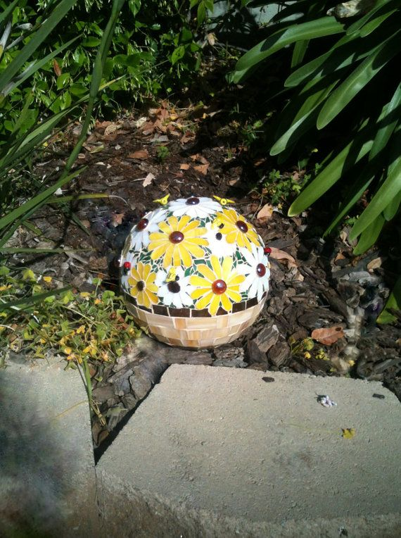 Daisy Mosaic Gazing Ball . Bowling Ball . Garden Sphere . Marbled Glass .  Bee Beads . Lady Bug Beads . White U0026 Yellow Daisies In A Basket