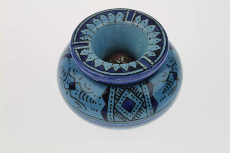 Cendrier marocain bleu jean apporte chez vous une touche berbère.Les potiers de la ville de Safi fabriquent des cendriers, plat à tajine en terre cuite..
