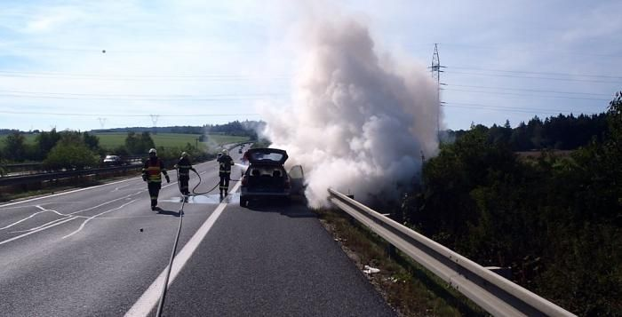 Na nájezdu na dálnici D5 u Ejpovic ve směru na Rozvadov hasiči likvidovali požár osobního auta. Posádka vozidla vyvázla bez zranění. Po dobu zásahu zůstala dálnice ve směru na Rozvadov průjezdná jedním pruhem, směr na Prahu nebyl nijak omezen. Škody se předběžně odhadují na 35 tisíc korun.