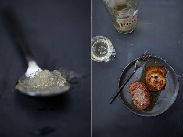 Foie gras poêlé, caviar de Floc de Gascogne, pommes au four et chips d'ail blanc de Lomagne