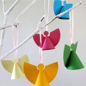 Hacer mini decoraciones para árboles, de ángel de papel con una plantilla para imprimir gratis - Make mini paper angel tree decorations with a free printable template.
