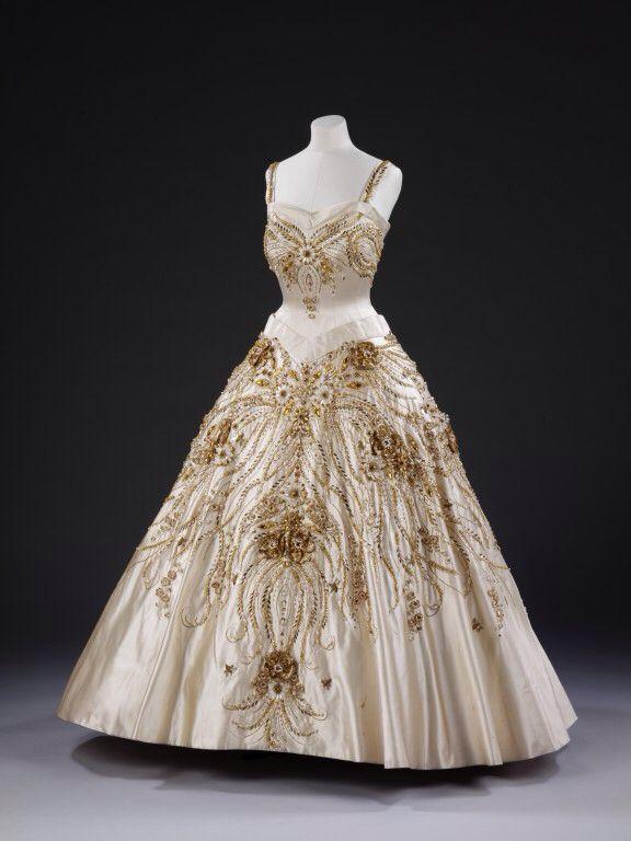 "Queen Elizabeth's ""flower in the fields"" dress warn on her visit to Paris."