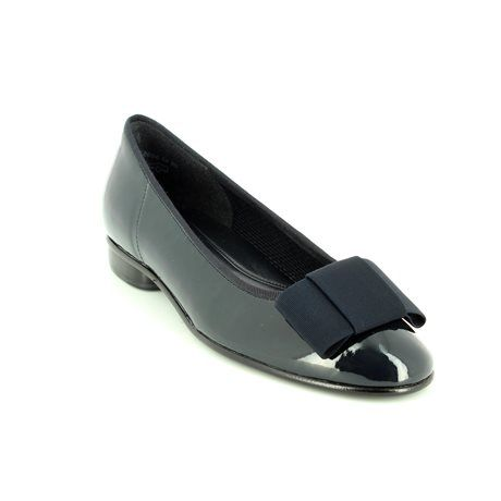 Begg Shoes & Bags is a Gabor Shoes outlet. Get your navy gabor pumps 05.100.96 at Begg Shoes online now.