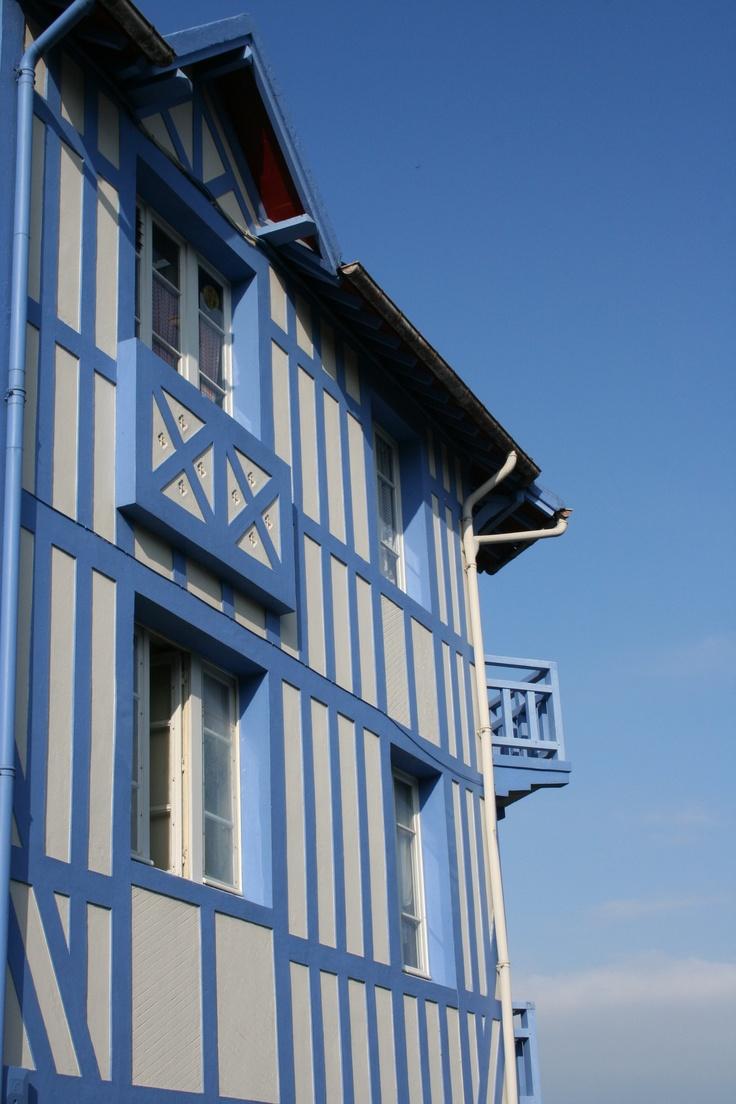 Cote Fleurie et colombage colorés ...le charme Normand www.martinaa.fr