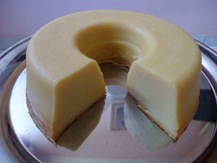 Ingredientes: 5 ovos 3 colheres de sopa de manteiga 3 colheres de sopa de farinha de trigo 3 colheres de sopa de farinha láctea 3 colheres de sopa de amido de milho 3 colheres de sopa de leite em pó (opcional) 1 lata de leite condensado 1 xícara de açúcar 500 ml de leite de …