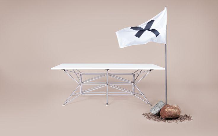 Der Lunar Tisch im außergewöhnlichen Design überzeugt sowohl als Esstisch, als Besprechungstisch und auch als Schreibtisch.