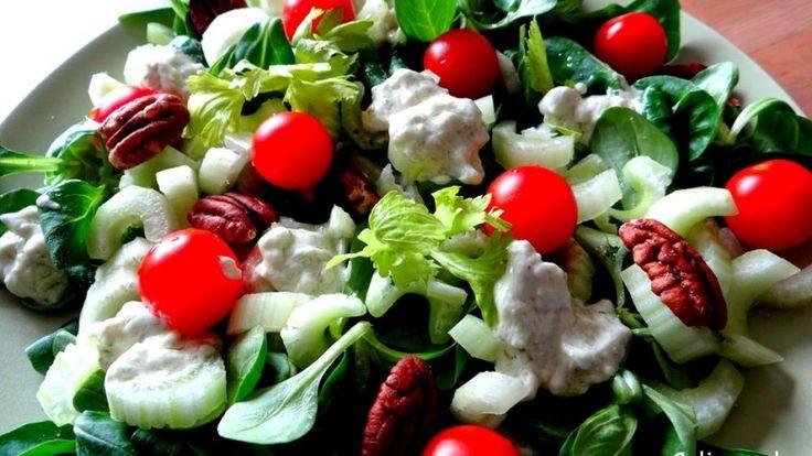 Selderij salade met blauwe kaas dressing