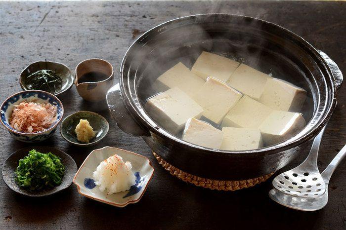 植物性タンパク質が豊富な大豆は、畑のお肉とも言われます。冷たいものは胃腸を刺激するので、あったかい湯豆腐がおすすめです。お豆腐の味わいを土佐醤油でシンプルに愉しみながら、色んな薬味でアレンジして自分好みを探すのも面白いですよ♪