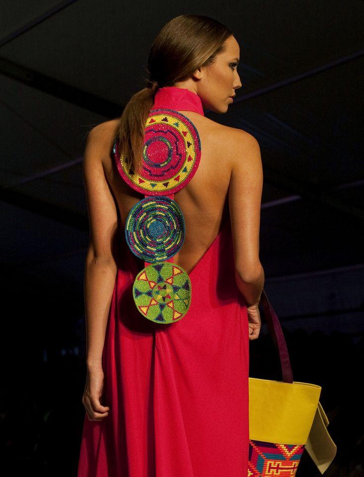 Creación de la diseñadora Marta Arredondo, de la etnia indígena wayuú, al cierre del Círculo de la Moda de Bogotá, Colombia.