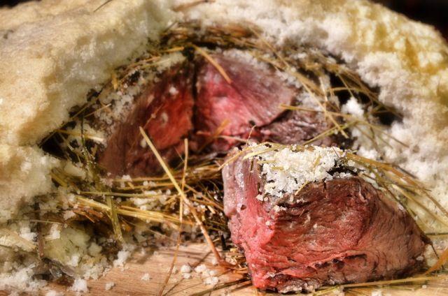 Filetto di cervo cotto in crosta di sale e fieno di montagna con verdure croccanti.