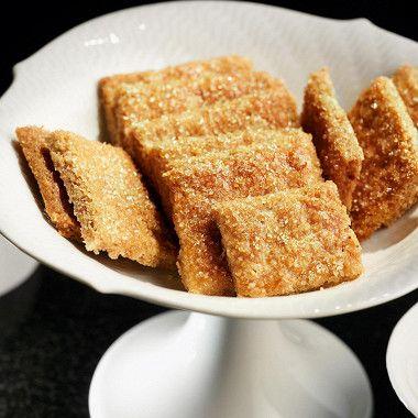 На сухой сковороде обжарить миндаль в течение двух-трех минут до легкого румянца. Порубить орехи в блендере — недолго, чтобы кусочки миндаля были разной величины, это нужно для неоднородной текстуры печенья.