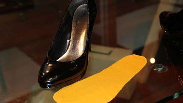 Schuhe können oft Probleme bereiten: Selbst wenn du die passende Größe gewählt hast, sitzen sie nur selten richtig und sind bequem. Oft sind Schuhe zu eng und drücken, sind nicht wasserdicht oder ihre Sohle ist zu glatt. Hier sind ein paar einfache Tricks, mit denen du dafür sorgst, dass sich deine Füße in Schuhen wohlfühlen.