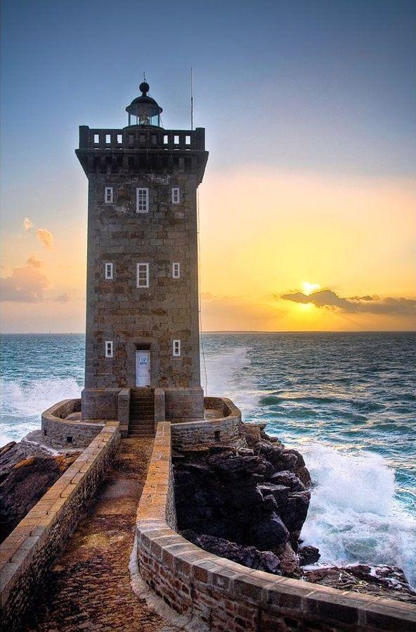 Le phare de Kermorvan est situé au nord-ouest du port du Conquet, dans le Finistère en Bretagne.