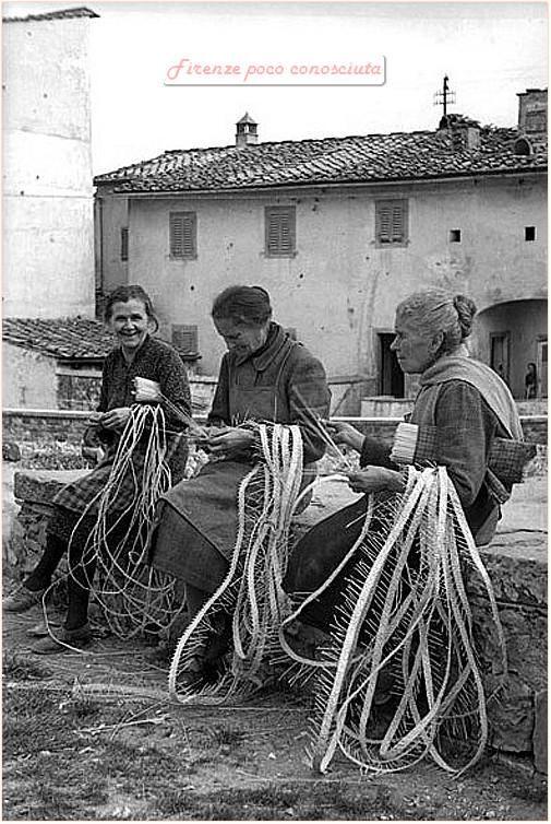 """Italian Vintage Photographs ~ #Italy #Italian #vintage #photographs ~ """"Le trecciaiole di Impruneta dedite ai loro lavori in paglia.Anni50,un lavoro che dava da vivere a tantissime famiglie"""""""