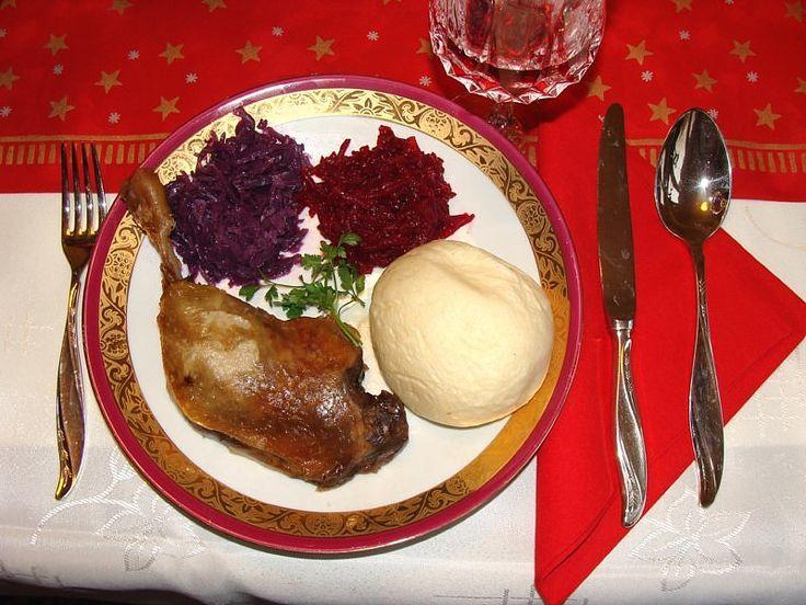 Udka z kaczki z pieca , czerwona kapusta z jabłkami i goździkiem, buraczki, pyzy poznańskie (drożdżowe)
