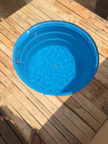 Piscina rústica feita de caixa d'Água e paletes