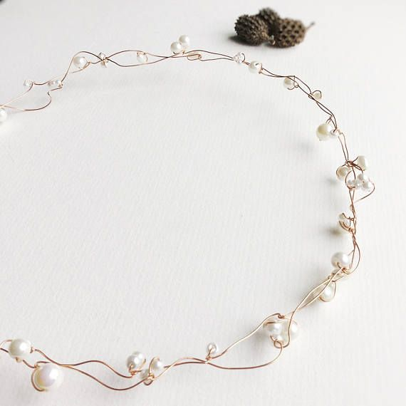 This dainty gold coloured circlet with ivory pearl beads is a great boho wedding hair accessory or rustic hair jewellery. It also looks wonderful for a winter wedding, worn as a bridal halo or hair vine, with or without a veil (not included). It is very understated, simple and yet elegant. Perfect for those who dont want anything overbearing in their hair. Made of two intertwined rows of soft gold coloured wire, and adorned with pearl beads, this basic circlet is approximately 56cm in…