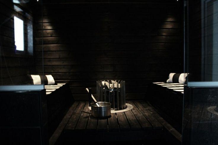 Yksilöllinen Herrala-koti – sauna tummasta puusta