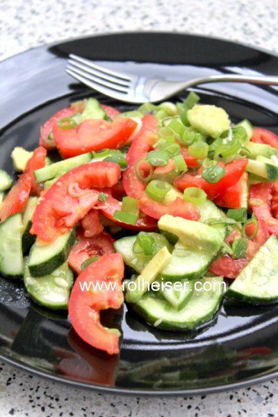 Самый простой салат из огурца, помидоров и авокадо, фото