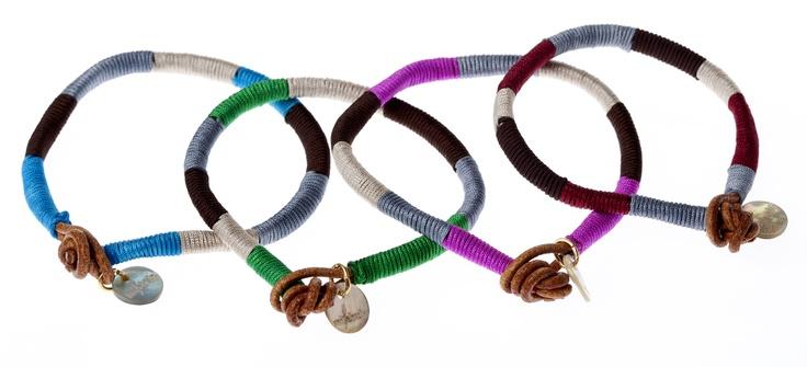 Pulseras afro en distintos colores.    #joyas #grabadas #regalos #personalizados