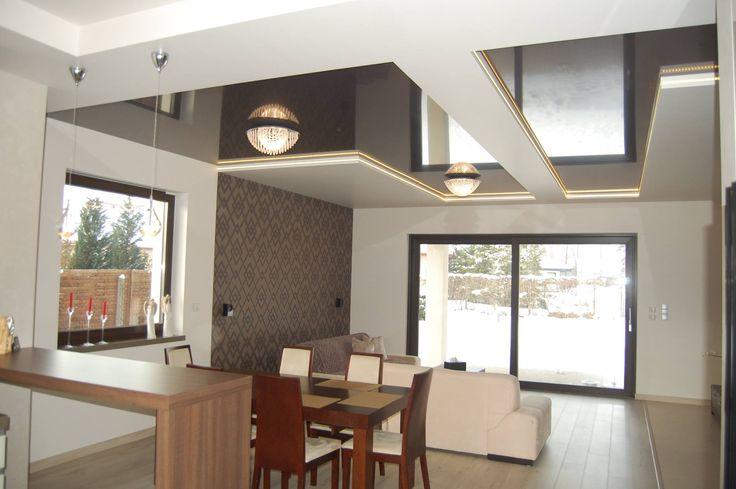Sufit nawiązujący swoją stylistyką do okresu Art déco. Nowoczesność w eleganckim wydaniu. / The ceiling which referrs to the period of Art Deco style. Modernity in an elegant version.