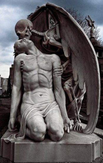 """""""O beijo da Morte"""" – escultura de Jaume Barba, localizada em Madri, no cemitério de Poblenou, em Madri."""