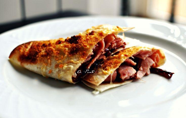 Quesadillas de jamón, cebolla balsámica y queso San Simón