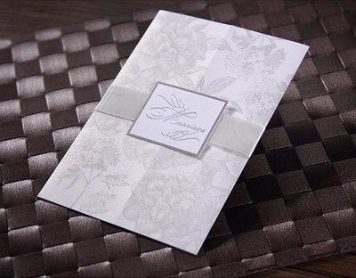 Ett mönstrat bröllopskort med svagt skimrande champagnefärg? L8764 har raka linjer med mjuk känsla. Surfa in på www.Exklusivia.se för hela vårt sortiment med inbjudningskort.