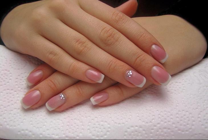 Первоначальный вид френча выглядел так: бледно-розовая ногтевая пластина покрывалась прозрачным, бежевым или светло-розовым лаком, а кончики ноготков украшались ярким белым ободком