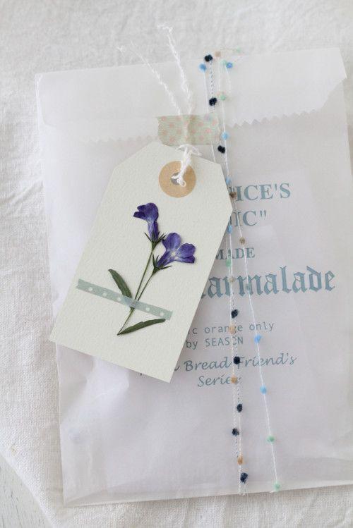 鉢花で作る押し花のタグで、ラッピングをかわいく | 窪田千紘フォトスタイリングWebマガジン「Klastyling」暮らす+スタイリング
