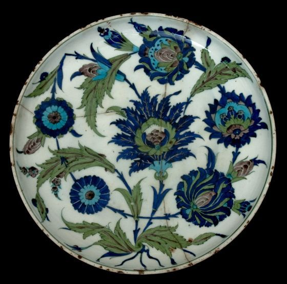 Dish with Saz Spray Decoration, Ottoman, 16th century, Harvard Art Museums/Arthur M. Sackler Museum.