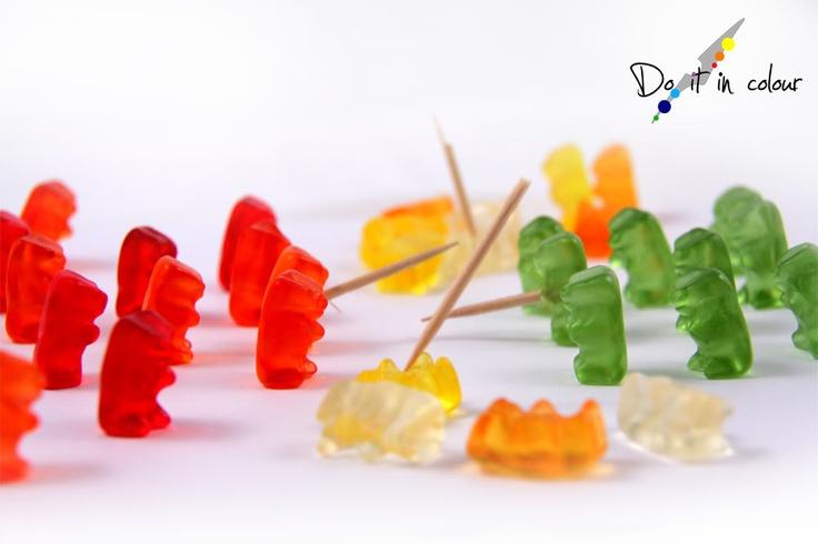 http://www.cameramak.com/110/Do_it_in_colour__Piccole_guerre.html    Anche nel loro piccolo gli orsetti gommosi si incazzano!  Entrambi credono di aver ragione ma nessuno ce l'ha!