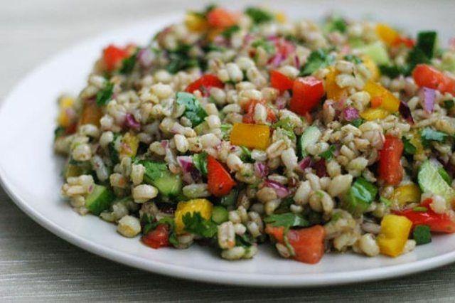 Из этой статьи вы узнаете как правильно готовить салат с перловой крупой