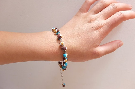 This unique bracelet consists of beads that are linked between each other to make it flexible and admirable. It has an extension chain to adjust the size of the wrist to fit any size. For a even more astonishing look get the tricolor earrings or the tricolor elastic bracelet to have a complete look that have the same style suitable for any age females.