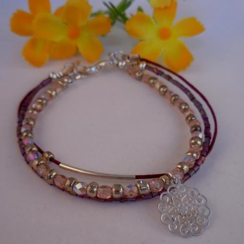 Een armbandje waar je meteen verliefd op wordt.   Afgewerkt met een bedeltje met verwerven hartjes en bloemetjes.