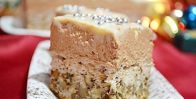 Prajitura Regina Maria este o delicioasa prajitura de casa cu crema fina, cu 2 tipuri de blat, unul fiind cu nuca de cocos. Este o prajitura deosebita pe care o puteti pregati pentru familie.