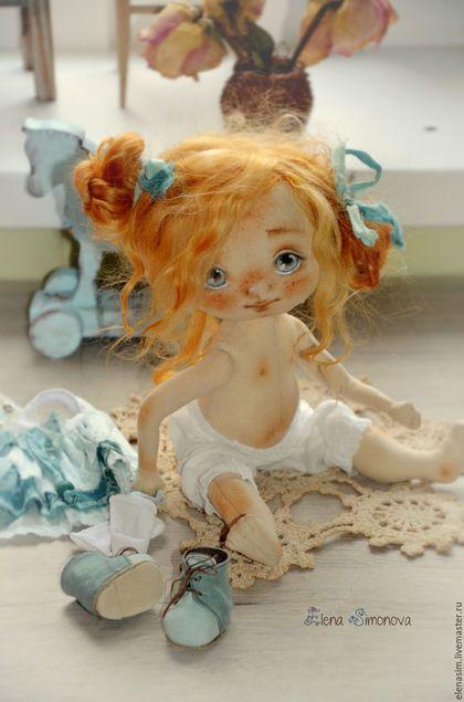 Купить или заказать малышка Мэгги в нежно-голубом в интернет-магазине на Ярмарке Мастеров. голубоглазая рыженькая малышка в нежно-голубом платьице и ботиках.... Авторская текстильная куколка, созданная по моей выкройке.Ручки ножки подвижные, головка поворачивается, тело грунтованное, куколка может сидеть и стоять. Личико расписано вручную, без использования шаблонов, волосы- натуральный тресс козочки, окрашенный.Прически можно аккуратно менять.обувь моей ручной работы.