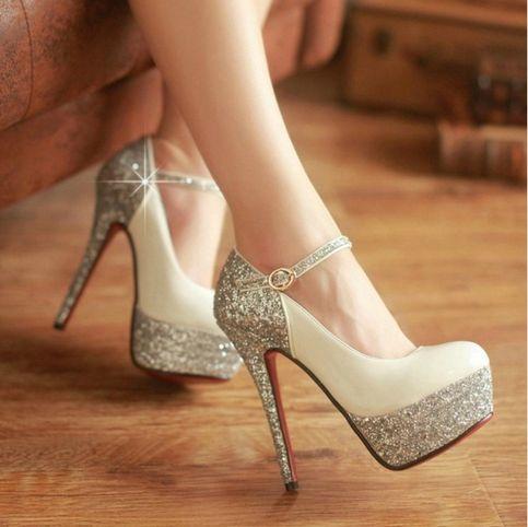 Nada hace más feliz a una mujer que unos zapatos brillantes...