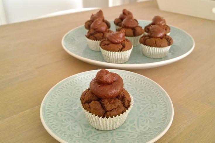 """Naast een appeltaart en zuivelvrije cheesecake (RAW) stonden ook deze heerlijk luchtige chocolade cupcakes van teffmeel op het menu tijdens mijn verjaardag.Dochterlief stond er namelijk op: """"kindj..."""